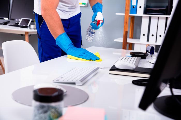 gulvkluden udfører kontorrengøring