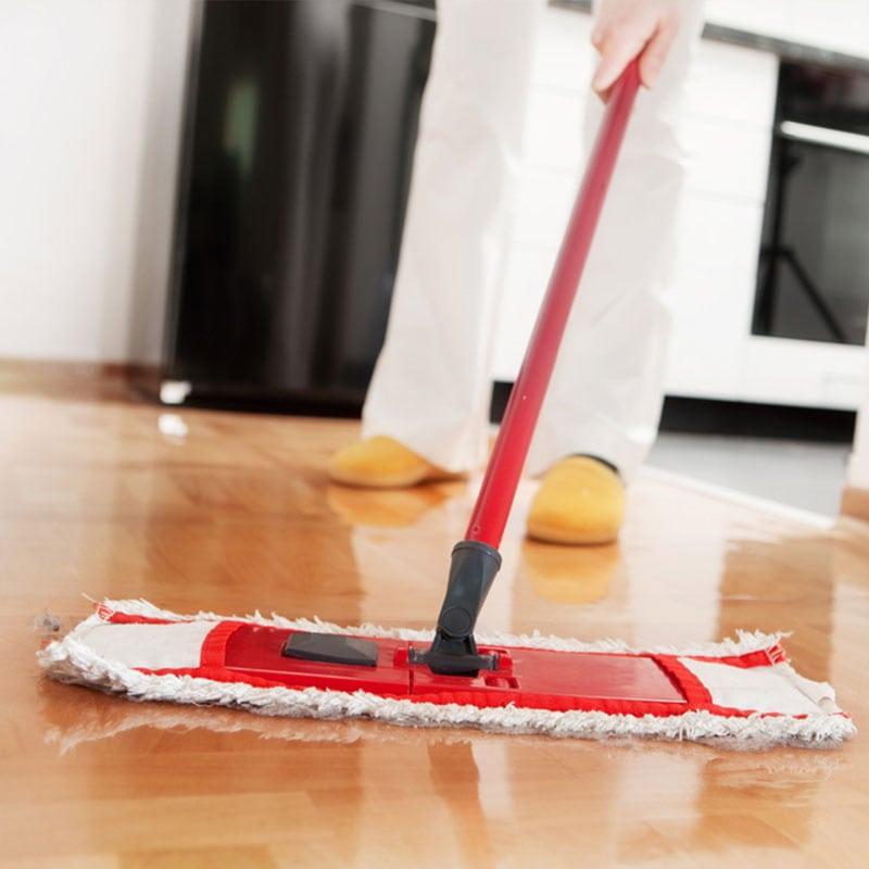 person udfører rengøring i Solrød